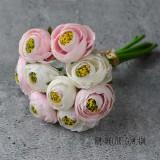 Букеты роз, камелий и ранункулюсов