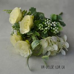 Букет роз с гортензией и ягодами айвори 25 см