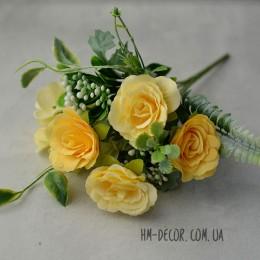 Букет роз с гортензией и ягодами желтый 25 см