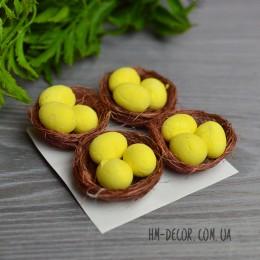 Гнездо декоративное с желтыми яйцами 5 см 1 шт.