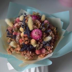 Букет из сухоцветов 102 с персиковой статицей и гомфреной 25 см